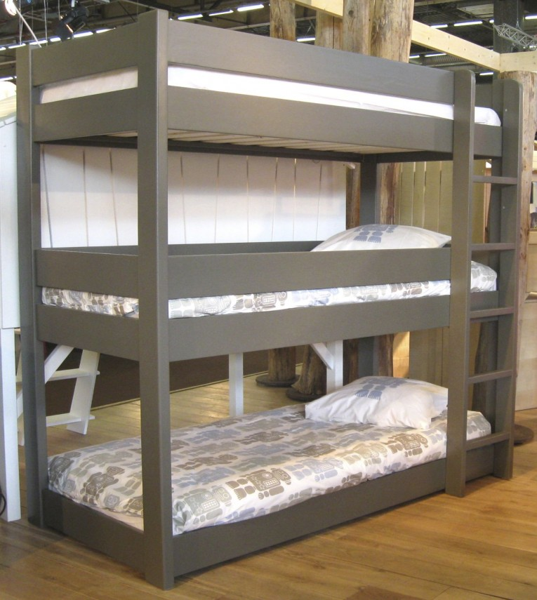 Excellent Cheap Bunk Beds For Kids With Area Rugs And Laminate Flooring Combined With Picture On The Wall For Kids Bed Room Ideas