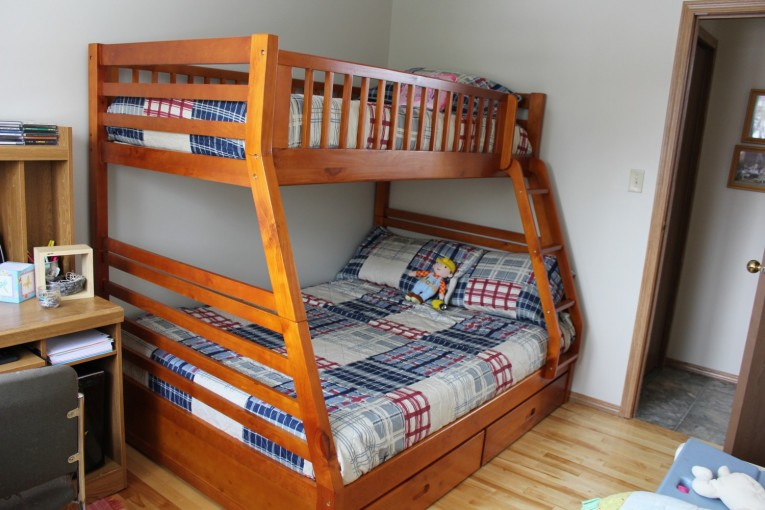 Exquisite Cheap Bunk Beds For Kids With Area Rugs And Laminate Flooring Combined With Picture On The Wall For Kids Bed Room Ideas