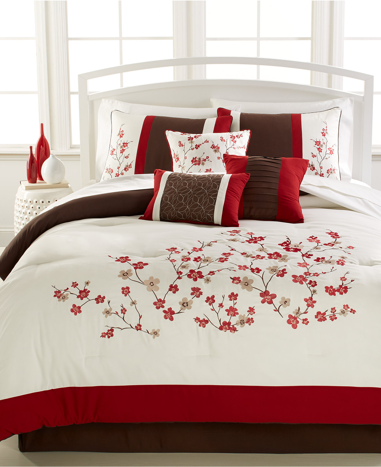 Extravagant full comforter sets Bed queen size and king bedsize also pillows and cushion combined with headboards and curtains