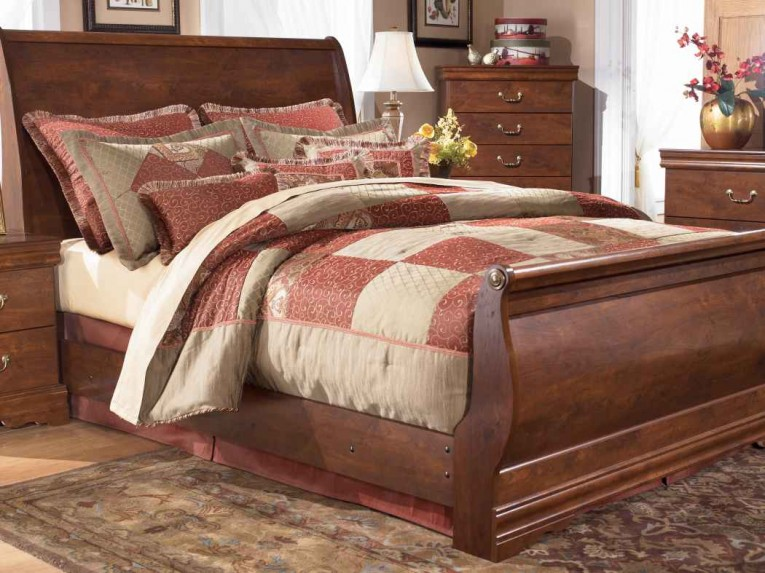 Chic Headboars King Sleigh Bed With Royal Duvet Cover And Luxury Sheets Also Unique Area Rug Above Laminate Flooring Ideas