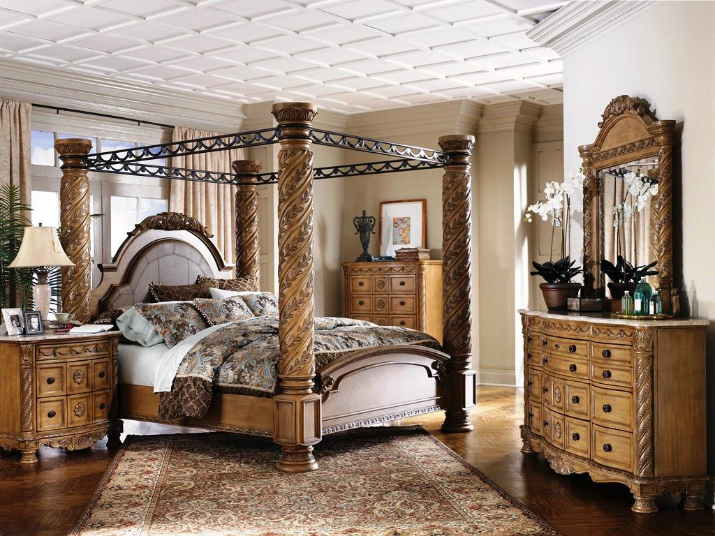 Gorgeous Bedroom Fill with King Size Canopy Bed: Gorgeous Dresstable And Rug Also King Size Canopy Bed