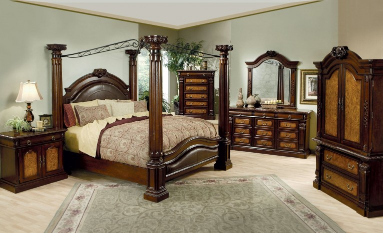 Lovely King Size Canopy Bed With Dresstable And Mirror