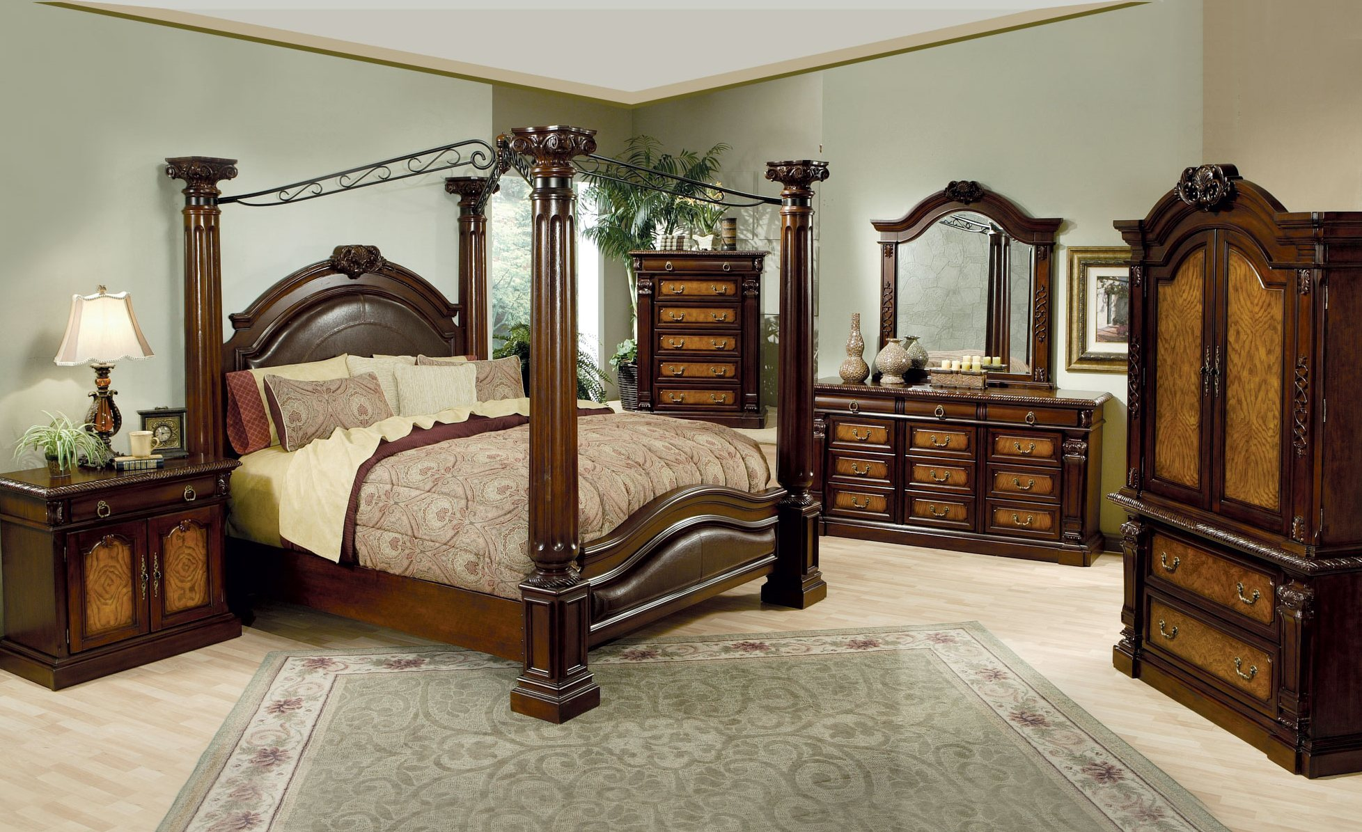 Gorgeous Bedroom Fill with King Size Canopy Bed: Lovely King Size Canopy Bed With Dresstable And Mirror