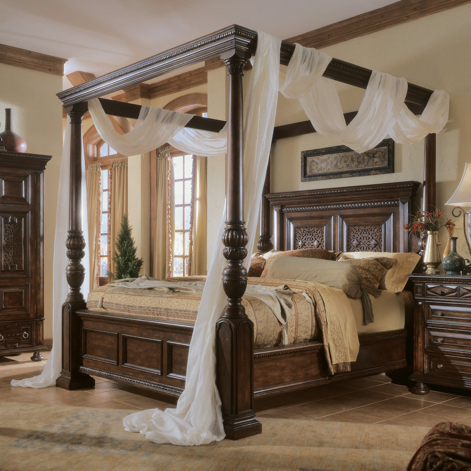 Gorgeous Bedroom Fill With King Size Canopy Bed: Luxury Rug And King Size  Canopy Bed