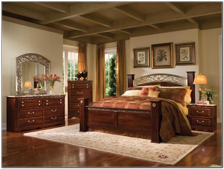 Nice Rug And King Size Canopy Bed With Laminate Floor