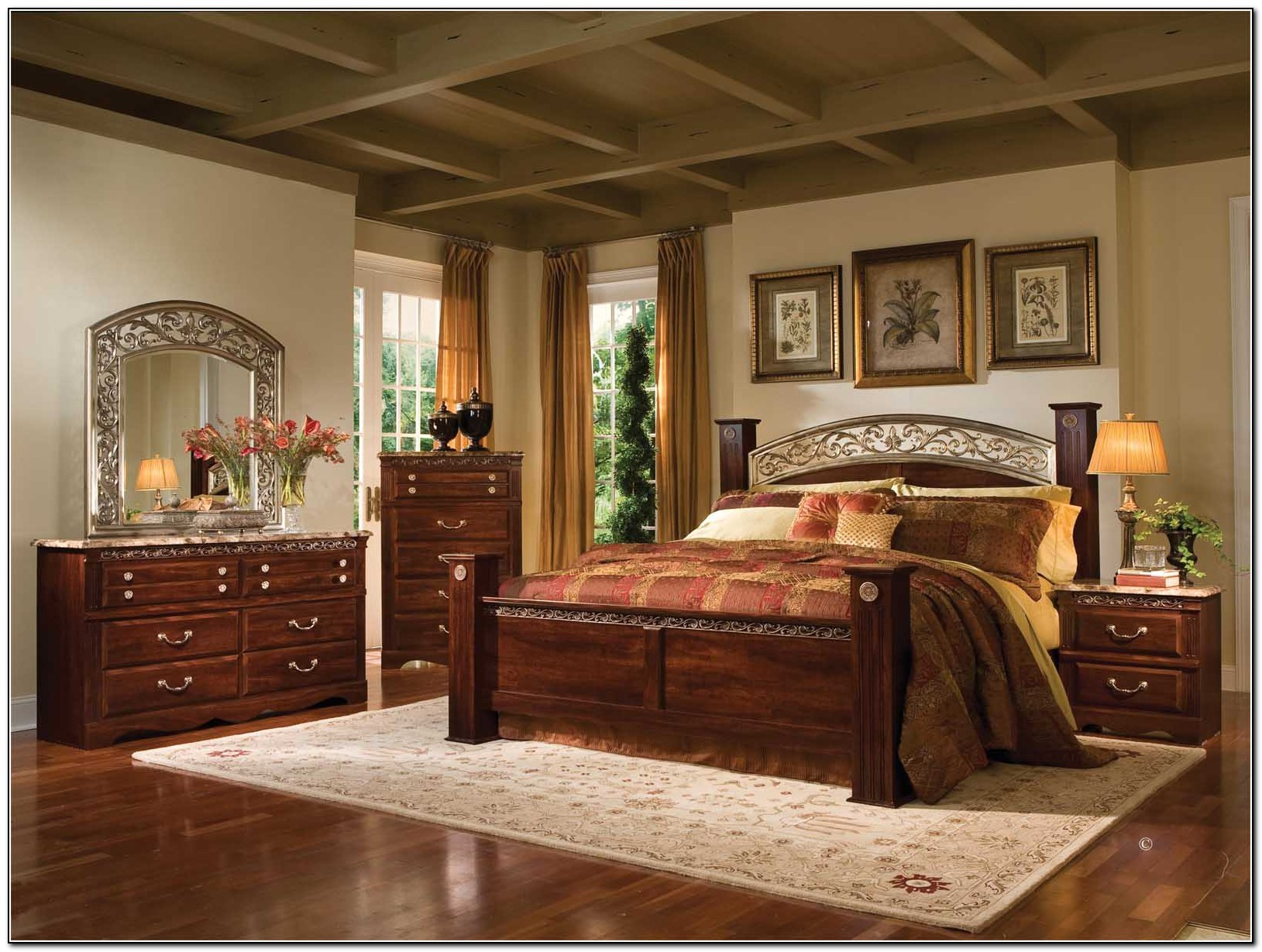 Gorgeous Bedroom Fill with King Size Canopy Bed: Nice Rug And King Size Canopy Bed With Laminate Floor
