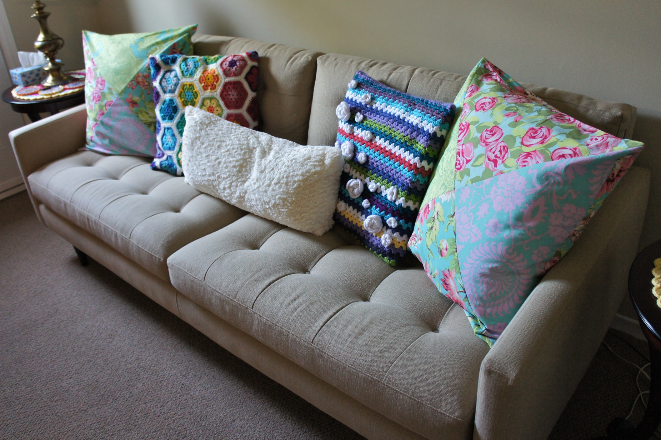 Home Decor Sony Dsc ~ How Many Throw Pillows On A Sofa